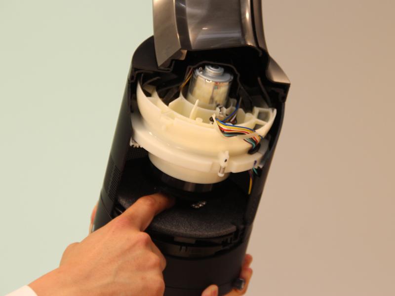 Dyson Coolでは、モーターの下に空洞を設ける