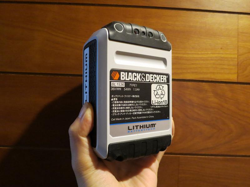 容量36V 1.5Ahの大容量リチウムイオンバッテリー。重さは約1kgあって、ずっしりとしている