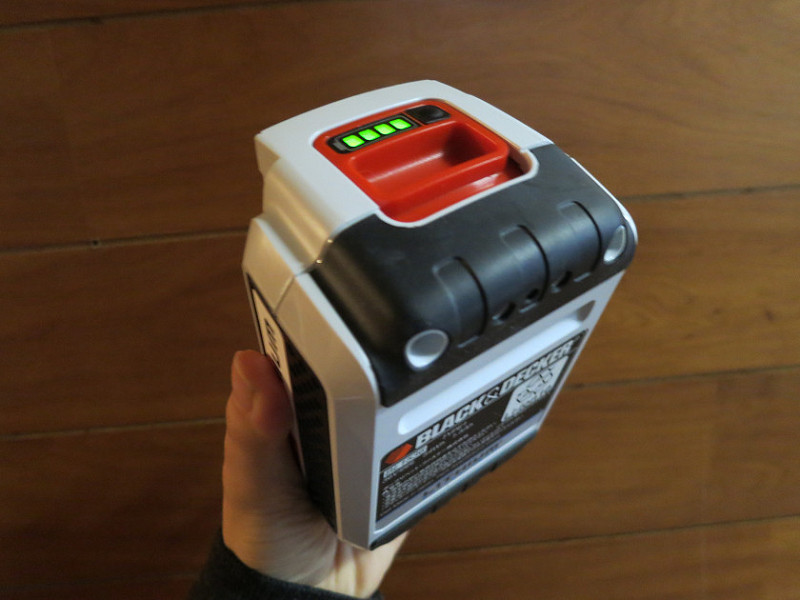 バッテリー上部のボタンを押すと、4段階からバッテリー残量を確認できる