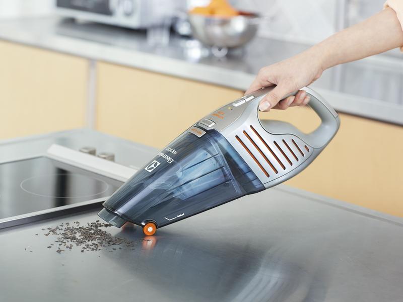 キッチンや照明など掃除場所に応じて持ち方を変えられる2wayハンドル