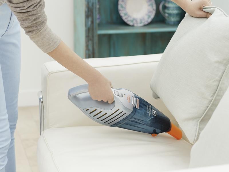 隙間ノズルで自動車のシートやソファーの隙間もきれいに掃除できる