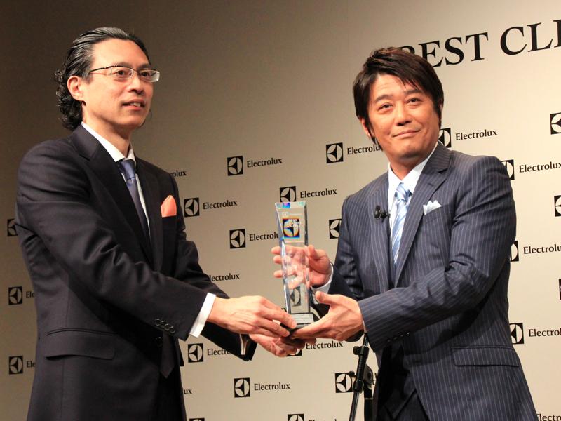 エレクトロラックス・ジャパン スモールアプライアンス事業部の長岡慶一ジェネラルマネージャーからトロフィーを授与された