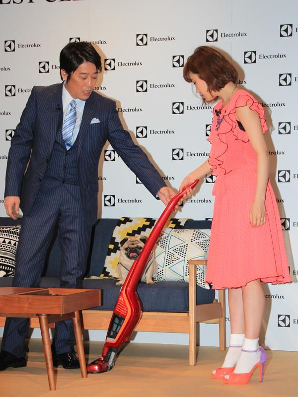 キレイ好きの坂上忍さんが高橋さんに「エルゴラピード・リチウム」の使い方を指南