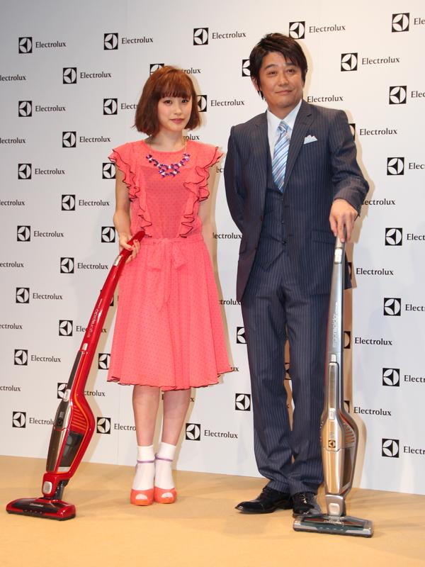 エルゴラピード・リチウムを手にした高橋愛さんと坂上忍さん