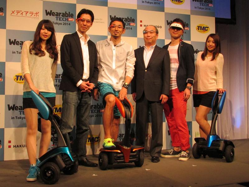 六本木ミッドタウンで開催された「ウェアラブルテックエキスポ・イン・東京 2014」。登壇者の多くがウェラブル機器を身につけて登場