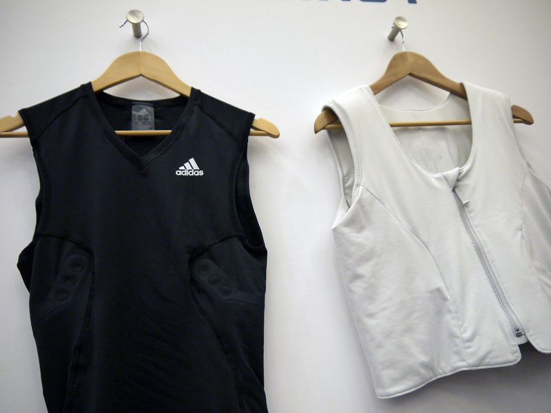 左はアディダスのタウンユース、もしくはアスリートが運動中に着用するだけで、内側に縫い付けられたセンサーが心拍を計測。送信機からスマホへ自動的にデータを送ってくれる。右はフィリップスの医療用ウェア。できることは同じ