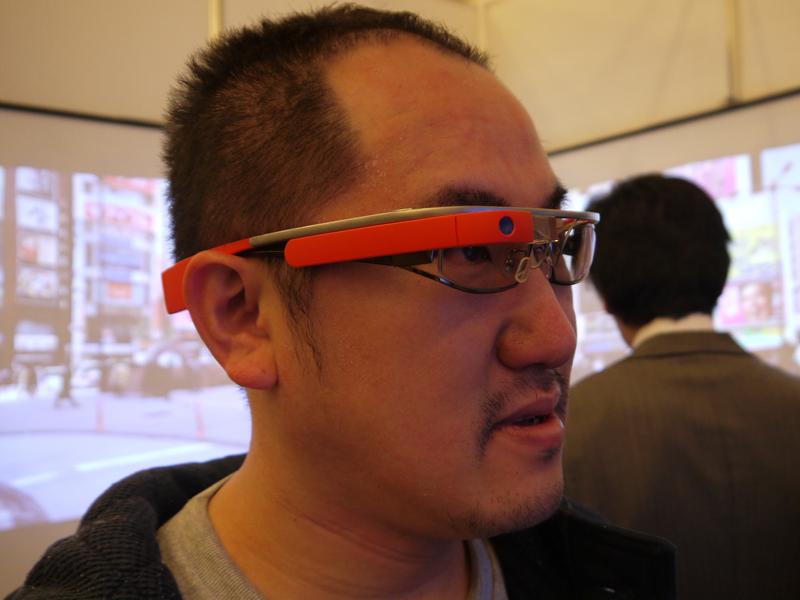 Googleグラスを装着する筆者。これで商品を見るだけで、いろいろな関連情報が表示される