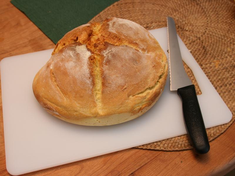 表面が固いので専用のパン切り包丁を必ず用意しよう