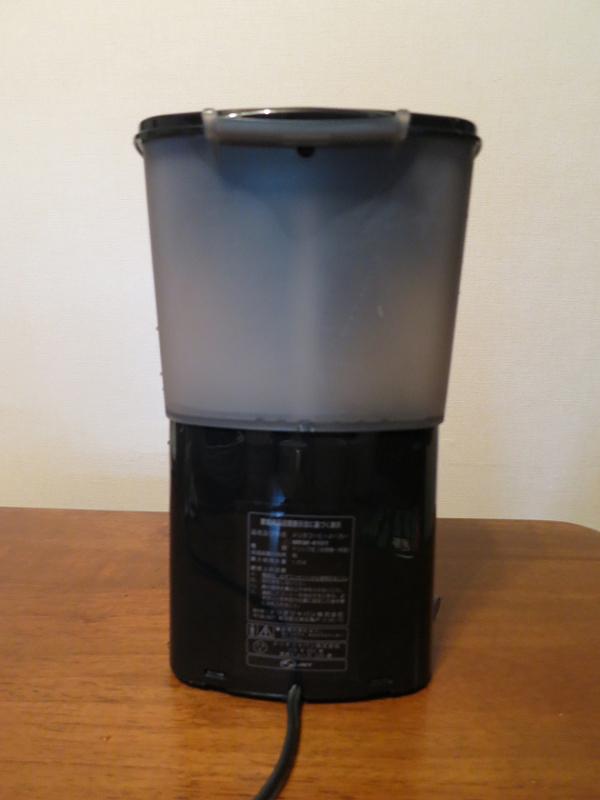 背面に容量1.25Lの水タンクを搭載