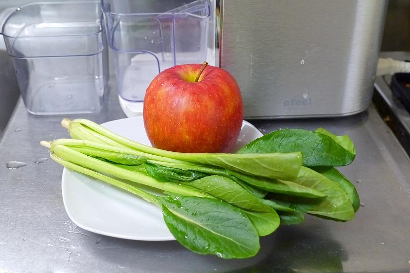 小松菜2株とりんご1個を用意