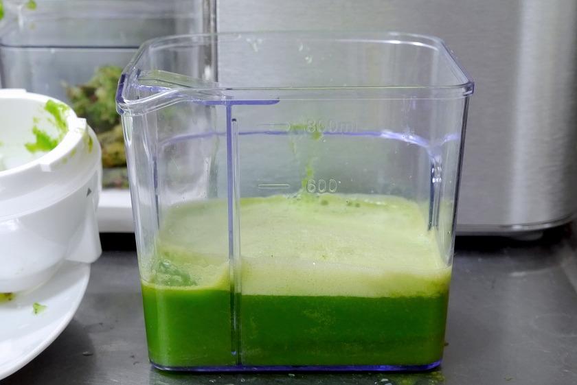 緑が綺麗なジュースが完成