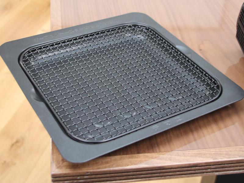 フライヤー機能専用の皿。網がついており、食材の下まで熱がまわるため、食材を裏返す必要がない