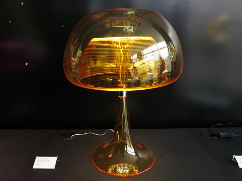 クラゲ風のデスクライト「オーレリア・テーブルランプ」。発売中。希望小売価格は78,000円(税抜)