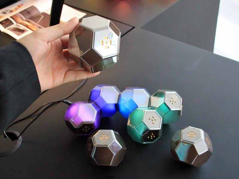 外したブロックは消灯する。ブロックのボディはメタルカラー。レゴのように自在に組み立てて遊べる