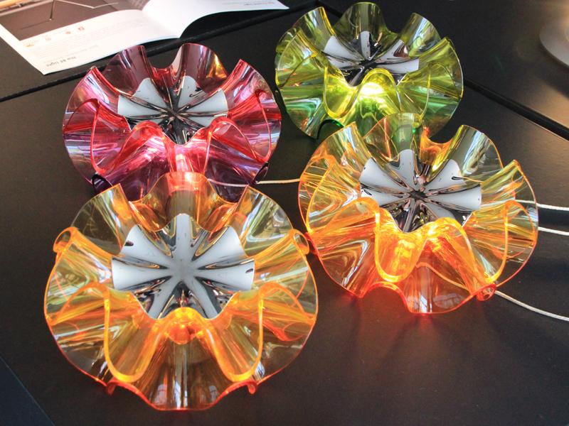 スペイン舞踊であるフラメンコの衣装をイメージしたという「フラメンカ・テーブルランプ」。カラーはピンク、オレンジ、グリーン、クリアの4色。発売中。希望小売価格は17,800円(税抜)