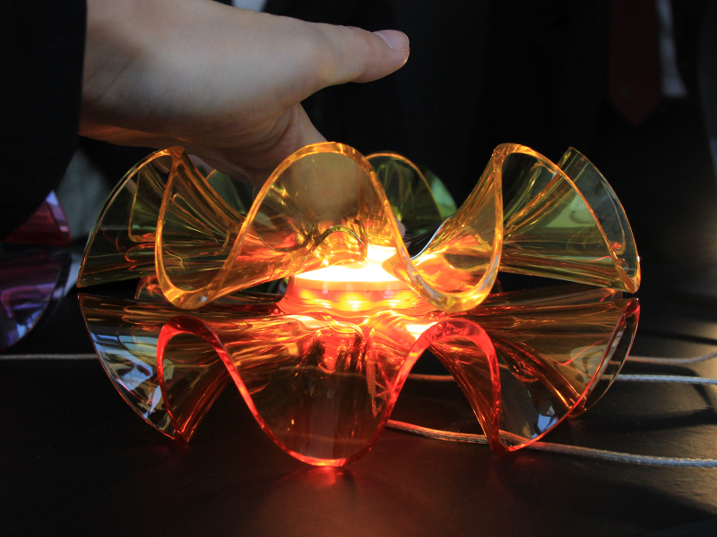 フラメンカ・テーブルランプは、本体上部にタッチセンサーを搭載し、触れると点灯パターンを変えたり、ライトのON/OFFを切り替えられる