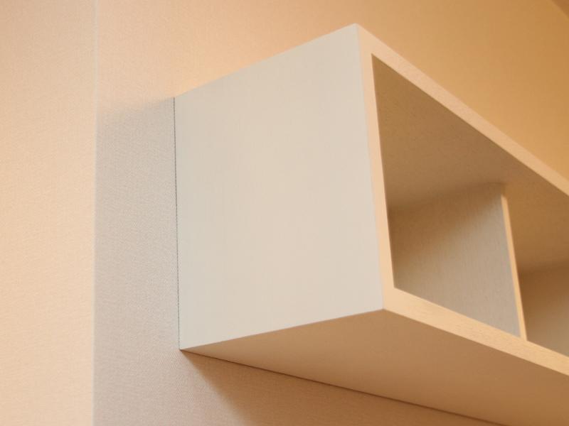 壁と棚の間に余計なスペースがないか確認する