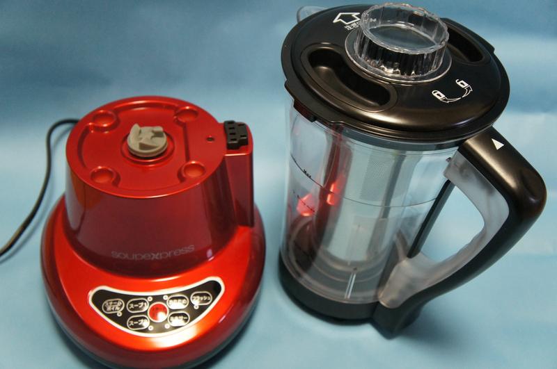 容器の容量は1,700cc。上にずらせば容器を簡単に外すことができる
