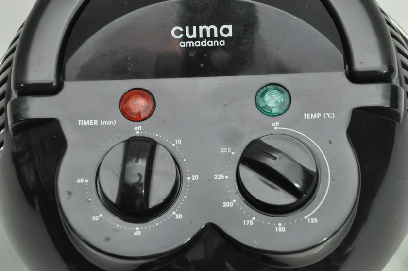 上蓋の上部に装備する2つのつまみ。タイマーは60分まで、温度は125度から250度まで設定できる