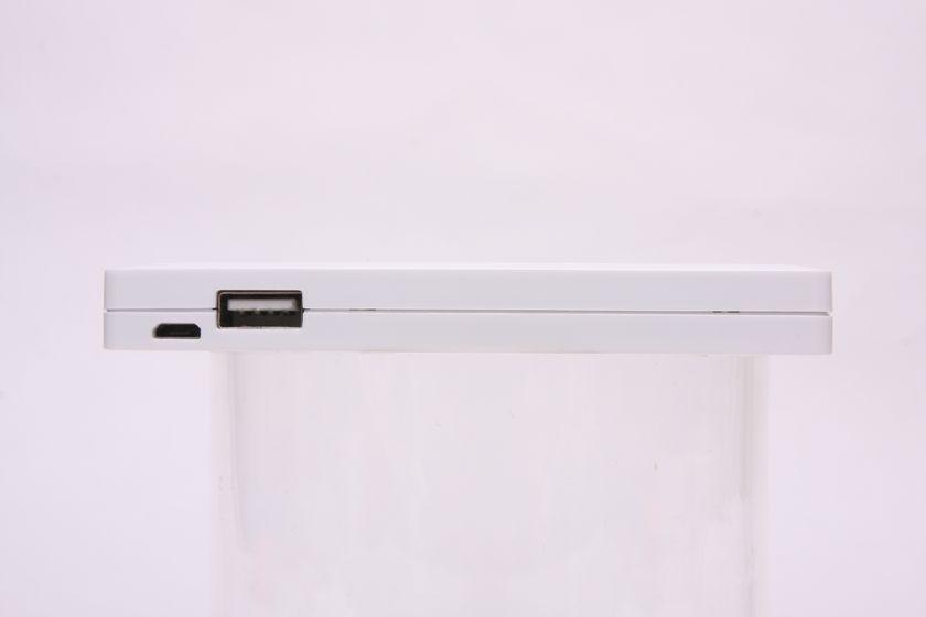 上部から見て右側のUSBコネクタからは、500mA出力できる(マニュアル表記上)。左側のMicro USBコネクタは、非常時に低速充電するためのコネクタ