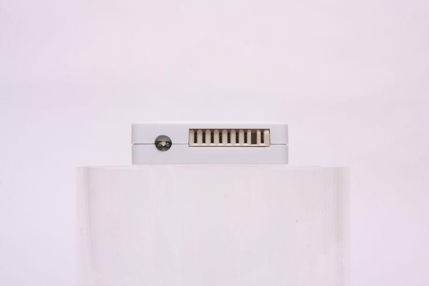 本体下部のLED懐中電灯と急速充電用コネクタ