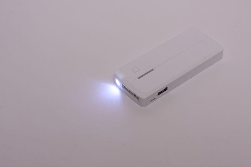 直視できないほどではないが、暗闇で手元を照らすには十分な明るさを持つLED懐中電灯機能