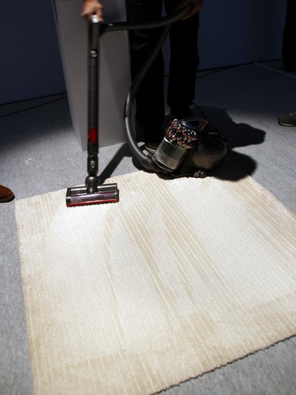 国内メーカーの掃除機で掃除した後のカーペットをDC63で再度、掃除する