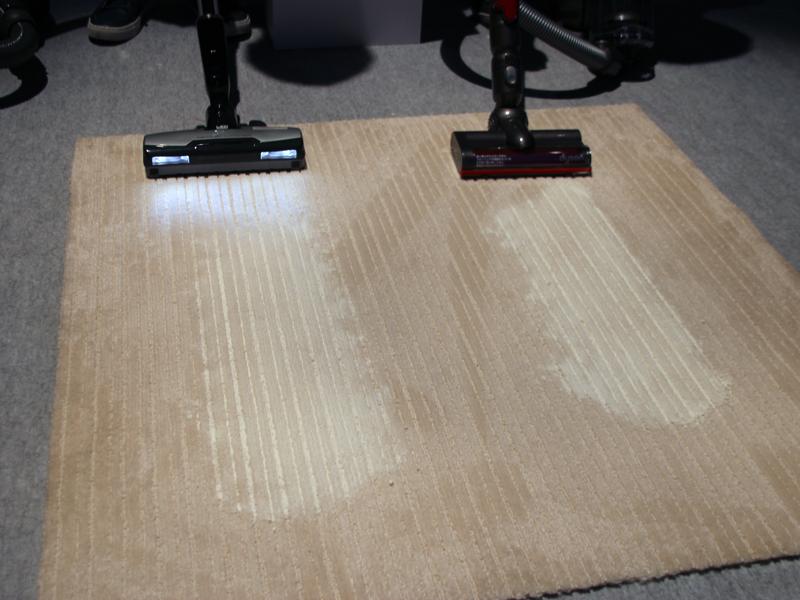 国産のサイクロン式掃除機との性能比較テスト。新品の掃除機2台を使って、カーペットに擦りこまれた小麦粉を吸う