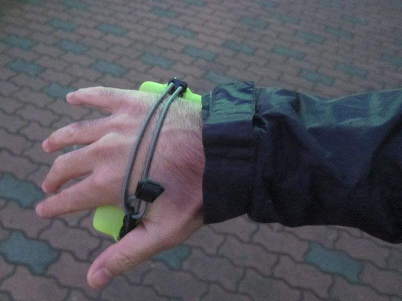 手のひらをホールドするチューブは長さを調整可能