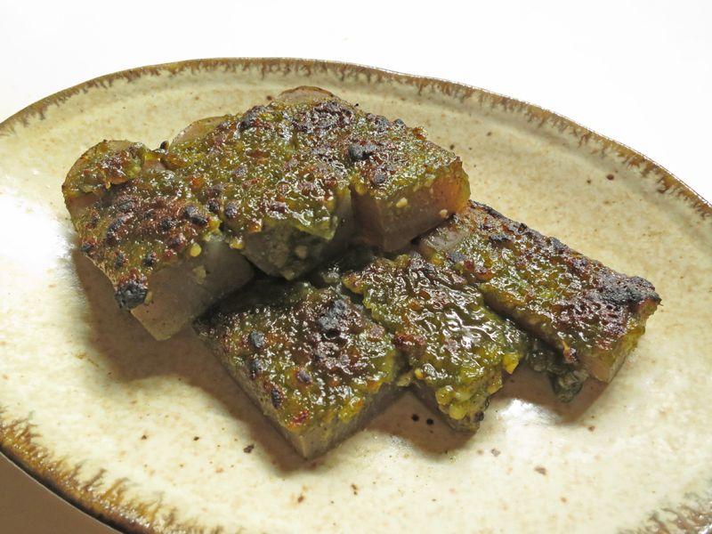 こんにゃくのお茶味噌田楽。味噌にみりんや粉末茶を混ぜて、こんにゃくにのせてオーブンで焼いた。付属のレシピではこんにゃくではなく鰆を使用しているが、こんにゃくや豆腐にも合う。表面がこんがりと焼けて香ばしい
