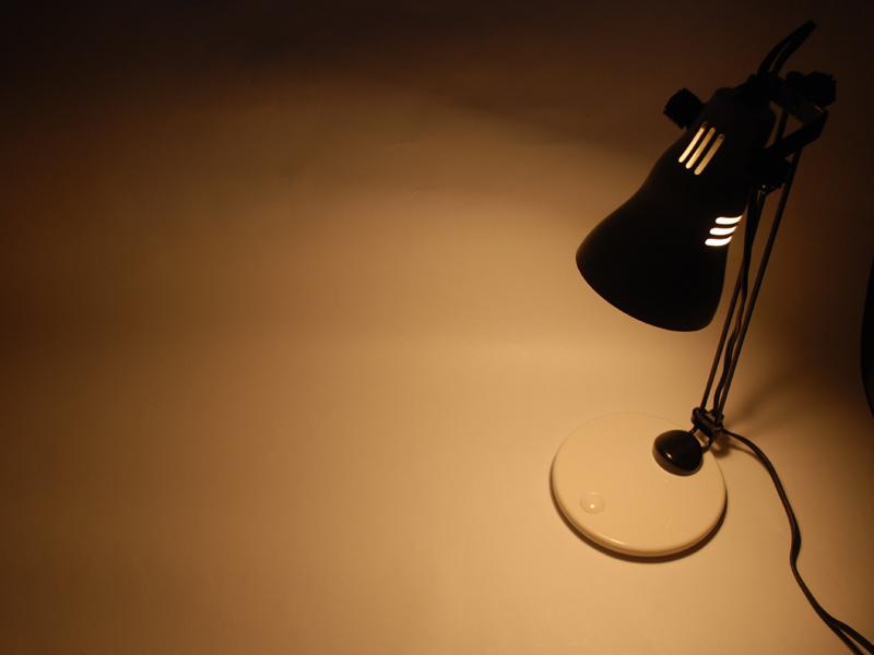 白い紙を照らしても、カバーやレンズが原因の光のムラが見えない