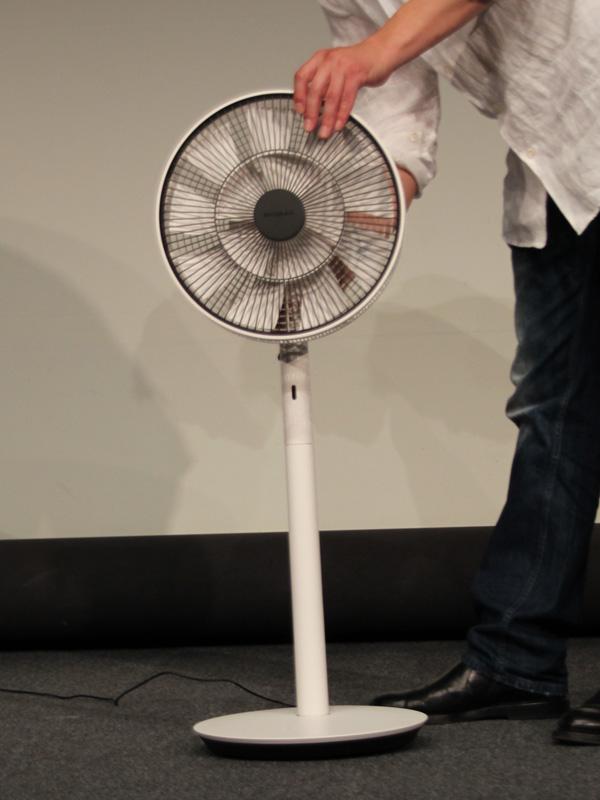 本体を上から差し込むだけで充電できる「GreenFan Japan」のオプション「バッテリー&ドッグ」。希望小売価格は8,900円(税抜)