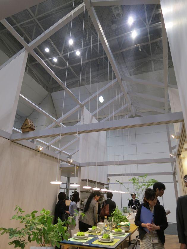 開放感のある空間に、薄型のLED照明「パネルミナ」が馴染んでいる