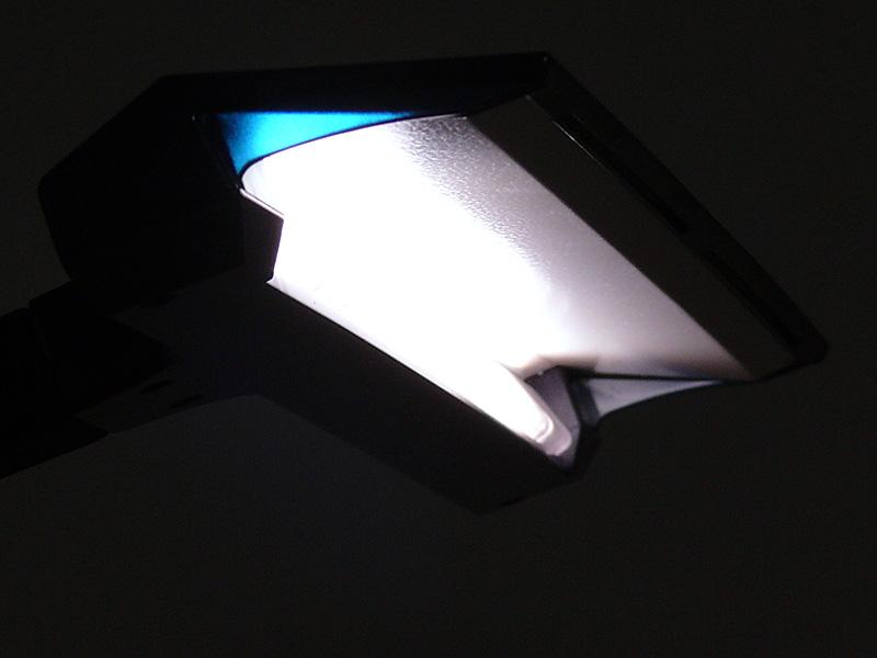 LEDはセード裏の反射板に向けて配置されている