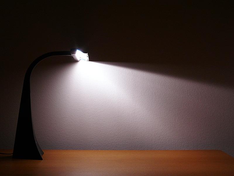 LEDの光は、反射板に当たってからデスク面へ降り注ぐ。反射光なので、光のムラが少なく柔らかな光になる
