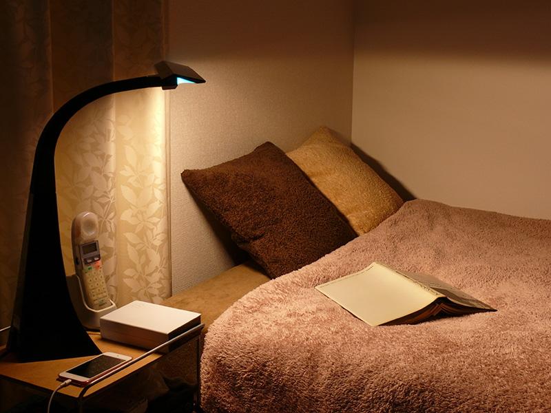 場所を取らずに設置できるので、ベッドサイドの小さなテーブルにも無理なく設置できる。光がたっぷり広がるので、ベッドの上での読書にも向いている