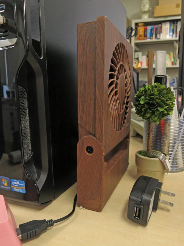 本体は自立し、スリムに収納できる。USBケーブルとUSB-ACアダプターが付属する