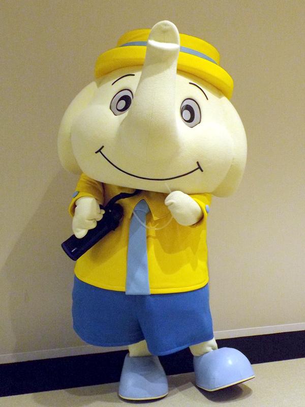 クールボトルを肩にかけた象印マホービンのマスコットキャラクター「ぞうさん」