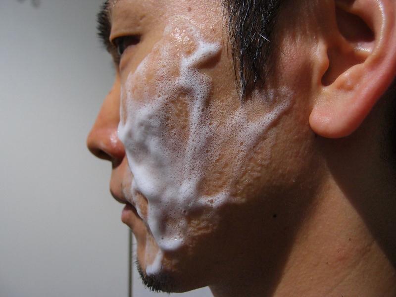 濡らした顔に洗顔料をつけてのばす