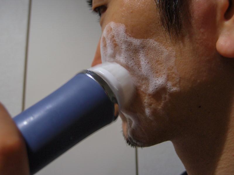 泡をのばすようにゆっくり動かす。頬など肌が弱い部分は弱運転のほうが良い