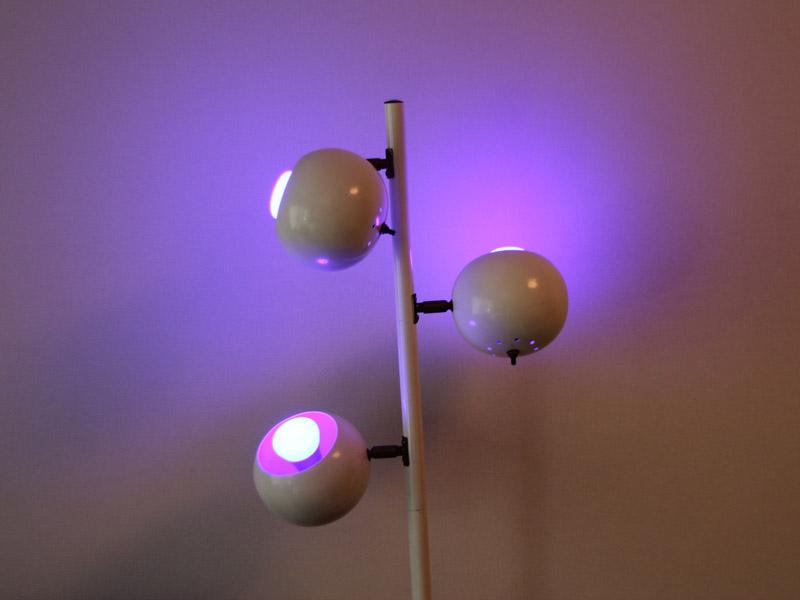 電球を3つセットできる照明器具に3灯セット。色次第で様々な雰囲気が楽しめる