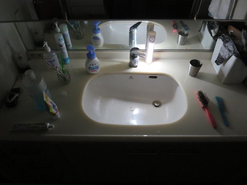 洗面台に置いた状態。ボウルの内側もちゃんと照らされている