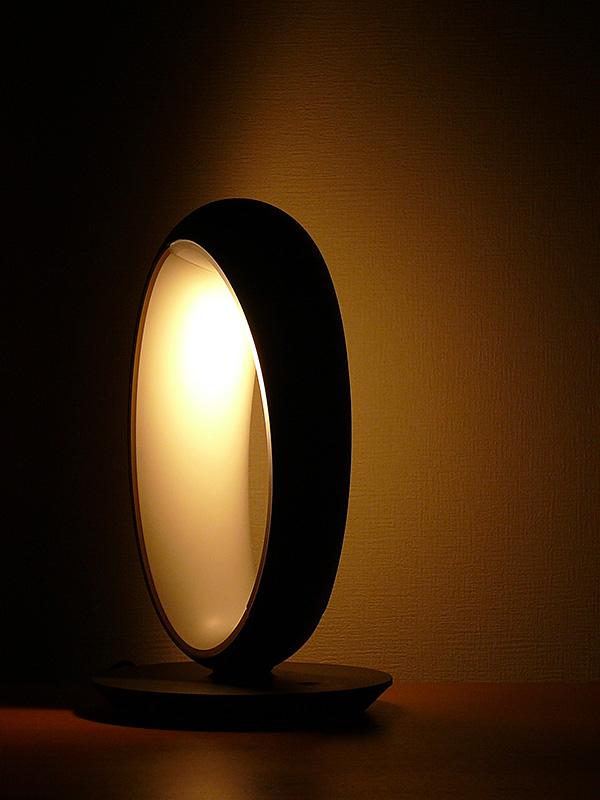 パナソニック「LEDデスクスタンド SQ-LE530」。セードを開閉するだけで明かりが切り替わる、2WAYのLEDのスタンドだ