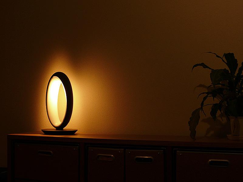 間接光専用の電球色のLEDは、セードの内側に組み込まれている。カバーを通した光が支柱に反射して、柔らかな間接光を生み出す