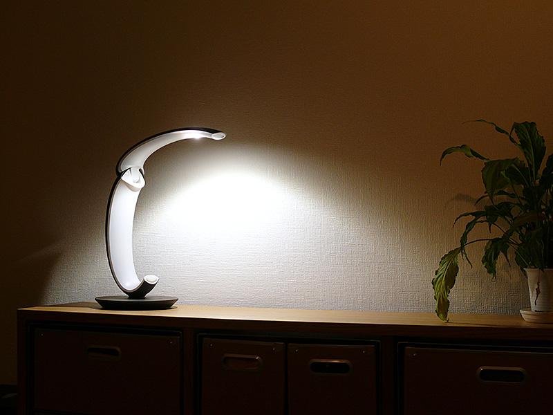 昼白色のLEDはセードの先端にある。1灯タイプのLEDだが光がよく広がる
