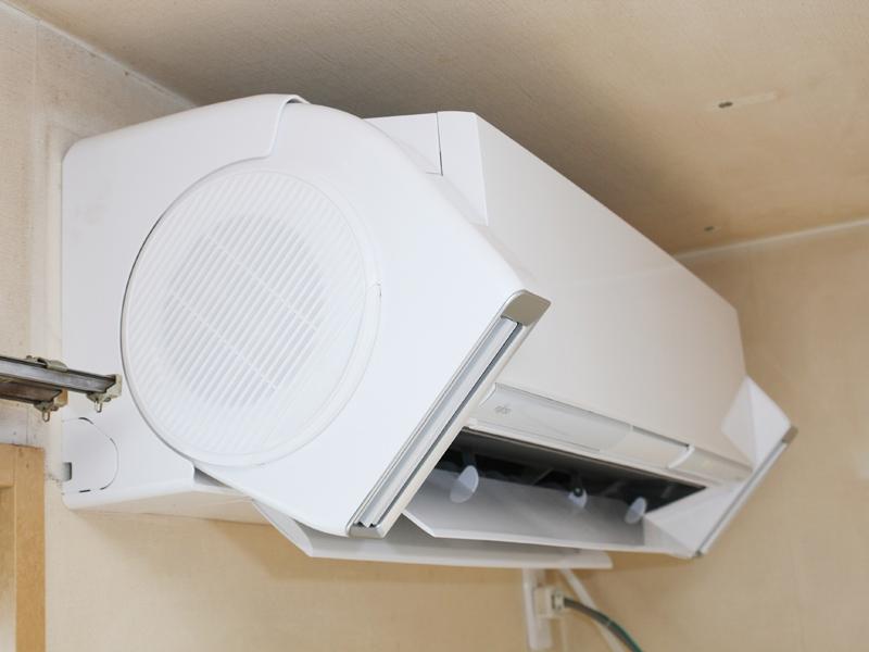 富士通ゼネラルオンリーの「DUAL BLASTER」。エアコンの左右に設置されていて、複雑で自然な気流を生み出す