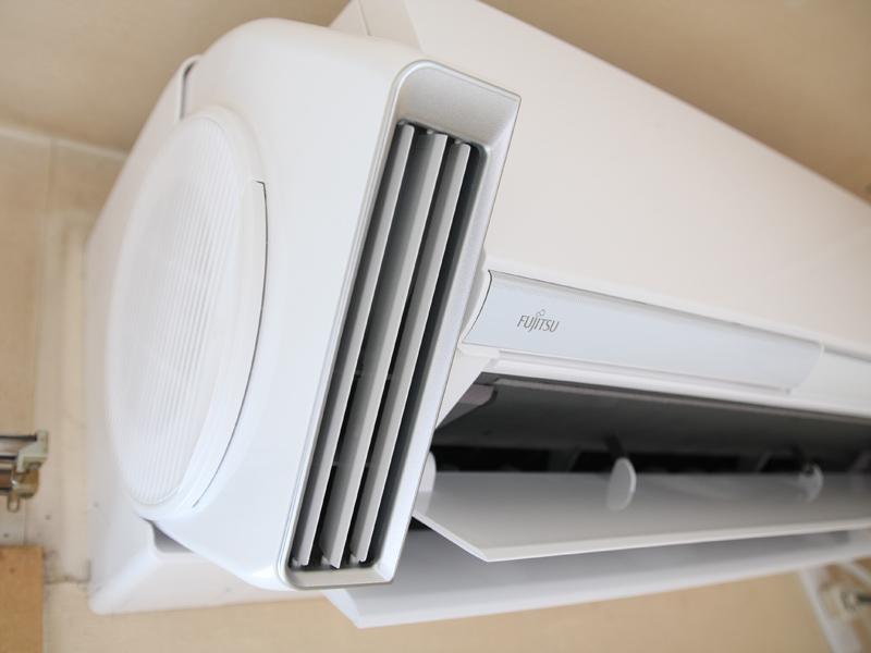 エアコン横から室内の空気を吸い込み、熱交換器を通らずそのまま送風する
