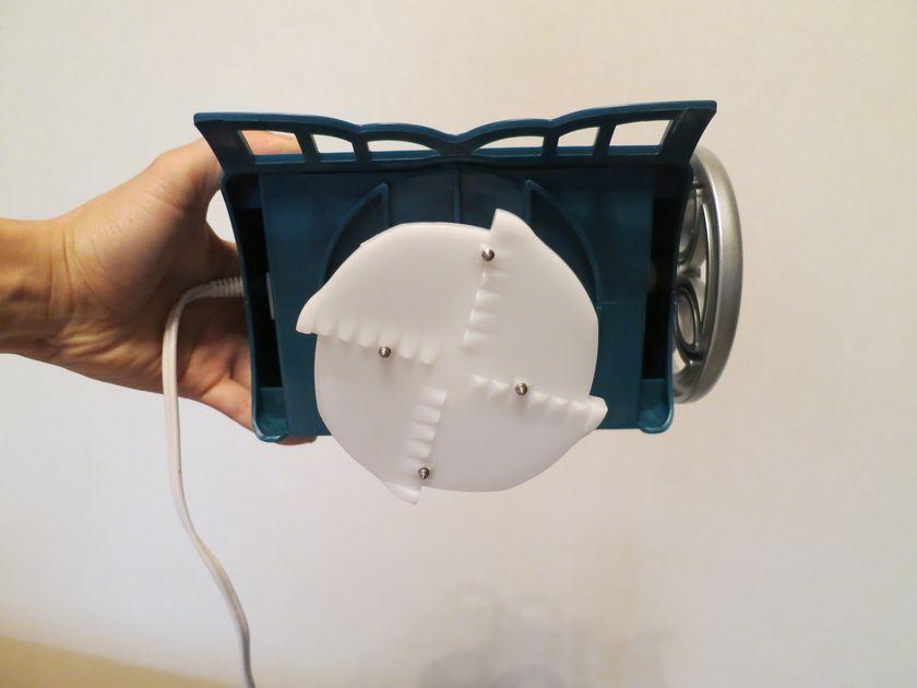本体上部には、氷を押さえつけて回転させるスクリューを搭載