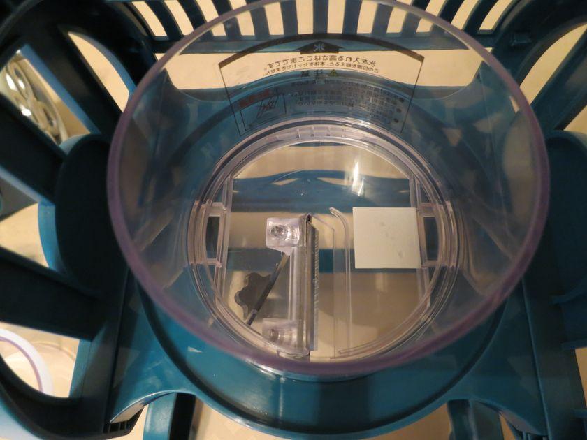 氷をセットする容器。カミソリのような刃が付いている