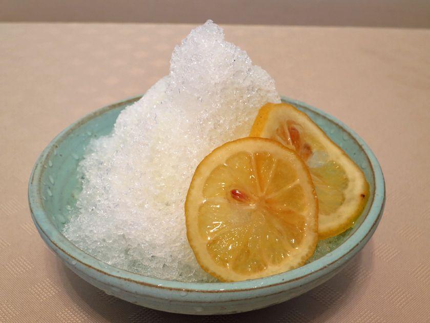 蜂蜜漬けのレモンを添えて、さっぱりとしたレモン味